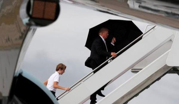 Ο Τραμπ άφησε τη γυναίκα και το γιο του στη βροχή για να μην βραχεί εκείνος