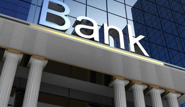 Τράπεζες: Κλείνουν εκατοντάδες καταστήματα, μπαράζ απολύσεων