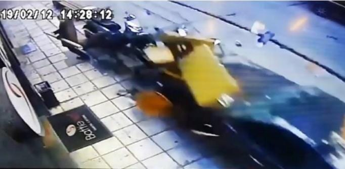 Θεσσαλονίκη: Η στιγμή που το τρελό ΙΧ πέφτει πάνω σε πεζούς. Σοκαριστικό βίντεο