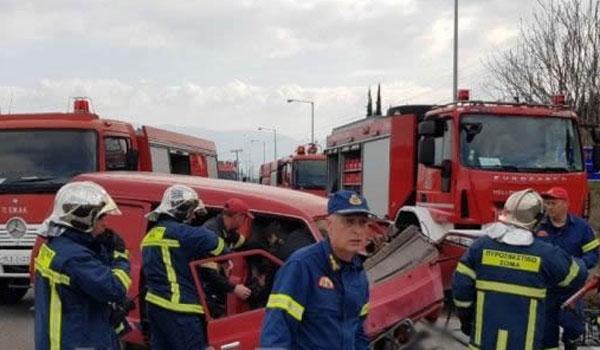 Σοβαρό τροχαίο έξω από τη Λαμία. Πυροσβέστες απεγκλώβισαν τους επιβάτες