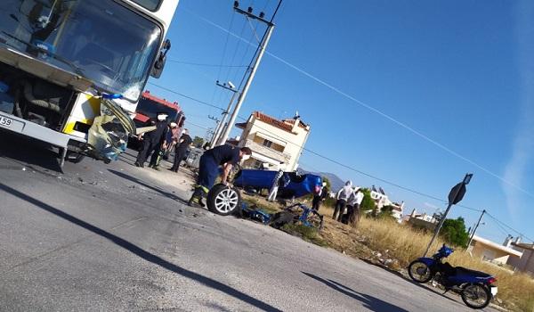 Σύγκρουση λεωφορείου με ΙΧ στο Μενίδι με έναν τραυματία