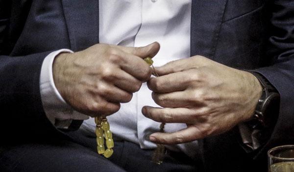 Ο Τσίπρας με κομπολόι, ο Καραμανλής χωρίς γραβάτα στην βουλή