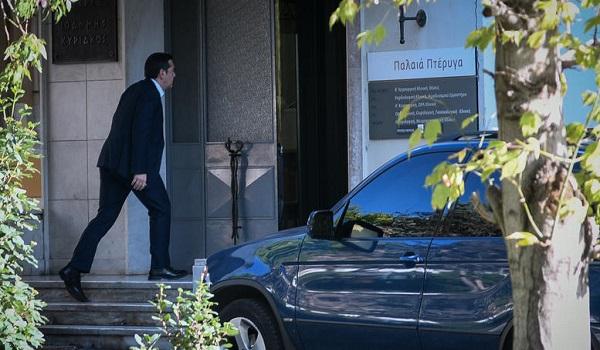 Ο Αλέξης Τσίπρας επισκέφτηκε τον Μανώλη Γλέζο στο νοσοκομείο