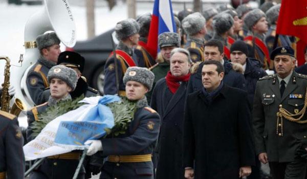 Κατάθεση στεφάνου από τον Τσίπρα στην παγωμένη Μόσχα