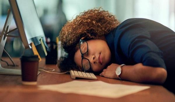Μήπως ήρθε η ώρα να θεσμοθετηθεί ένας «υπνάκος» στη δουλειά;