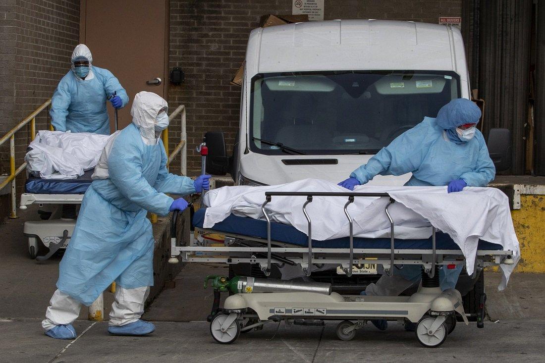 Παγκόσμιο σοκ: 4.491 θάνατοι σε 24 ώρες στις ΗΠΑ. Σχεδόν 33.000 οι νεκροί και ο Τραμπ στον κόσμο του