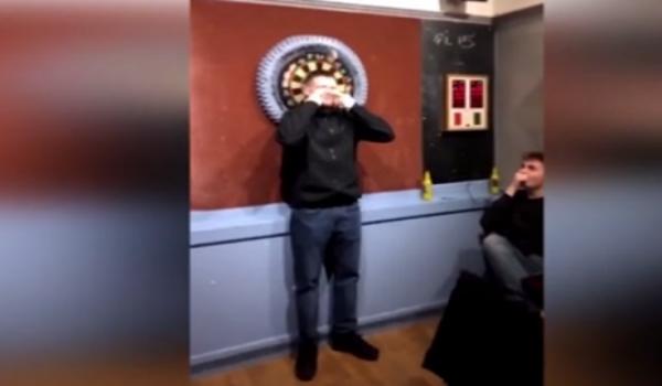 Έφηβος δέχτηκε να του ρίξουν βελάκια στο πρόσωπο για ένα στοίχημα 11,5 ευρώ