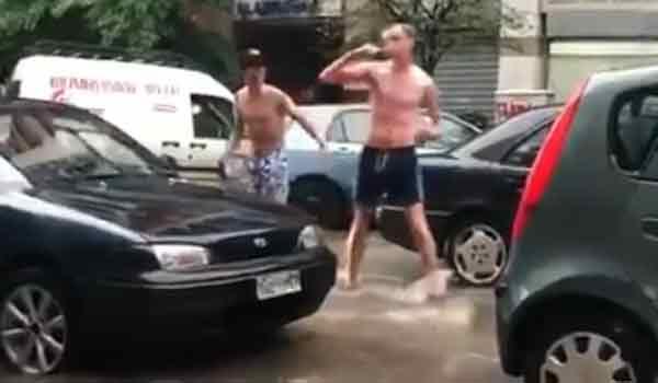 Εγιναν viral: Πλένονται και βουρτσίζουν τα δόντια τους στη βροχή!