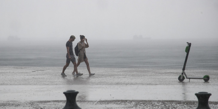 Ο καιρός της Δευτέρα: Ανάσα δροσιάς πριν τα 40αρια, πού θα βρέξει