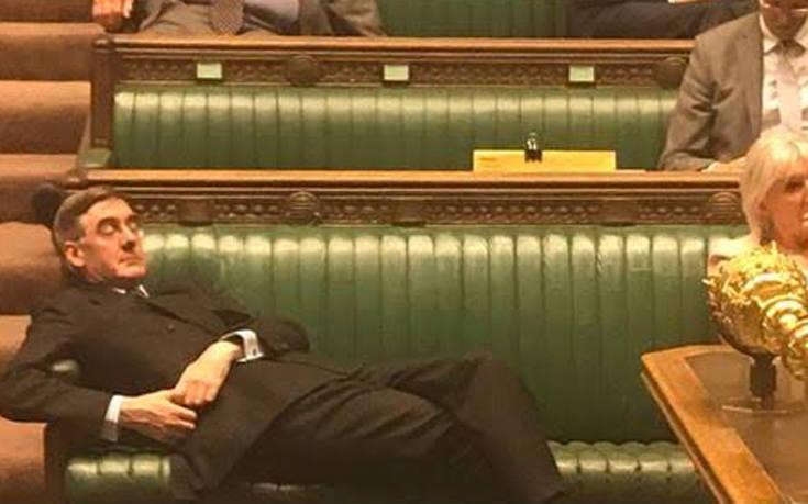 Σάλος με υπουργό του Τζόνσον που ξάπλωσε στα έδρανα της Βουλής