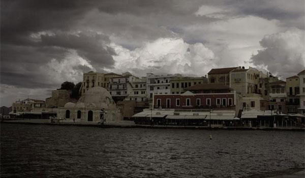 Απίστευτο θέαμα: Ο καιρός έβγαλε σκουπίδια από τη θάλασσα στα Χανιά
