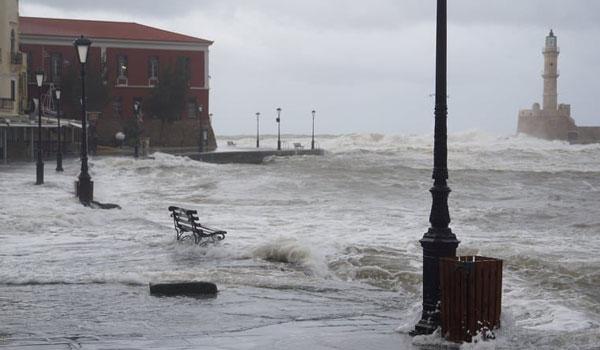 Ηφαιστίων: Τα κύματα από την κακοκαιρία έχουν πνίξει το παλιό λιμάνι στα Χανιά