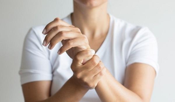 Μούδιασμα στα άκρα: Ποιες είναι οι αιτίες και πότε πρέπει να πάτε στο γιατρό