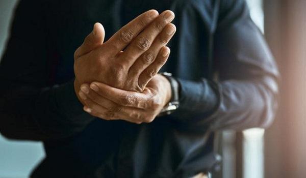 Μουδιάζουν τα χέρια σας: Αυτές είναι οι πιθανές αιτίες