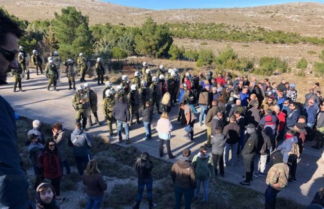 Χίος: Νέα επεισόδια με πετροπόλεμο, χημικά και εκτόξευση νερού – Μία γυναίκα στο νοσοκομείο
