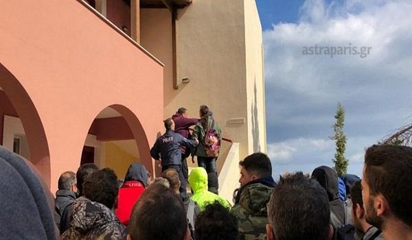 Χίος: Κάτοικοι εισέβαλαν σε ξενοδοχείο και ξυλοκόπησαν άνδρες των ΜΑΤ - Τραυματίες