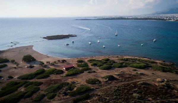 """Το """"διάσημο"""" ιδιωτικό νησί της Αττικής που ανήκει σε έναν βιοπαλαιστή"""