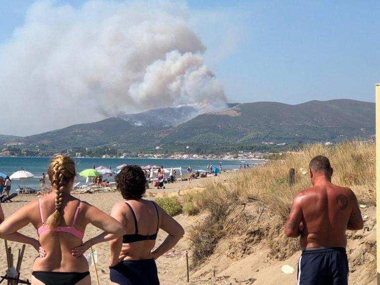 Ζητούν ενισχύσεις για τη μεγάλη φωτιά στη Ζάκυνθο