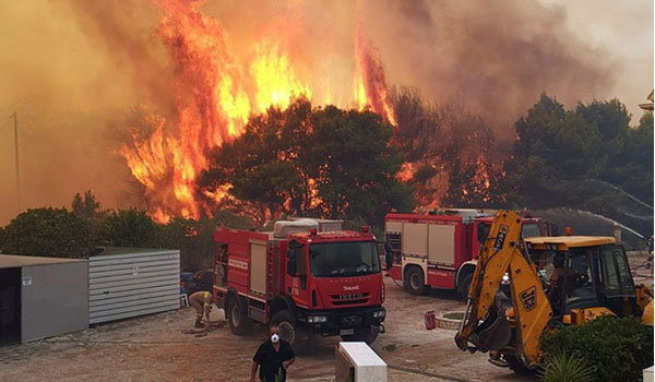 Πύρινη κόλαση στη Ζάκυνθο: Εκκενώθηκαν 2 χωριά, κάηκαν δύο σπίτια
